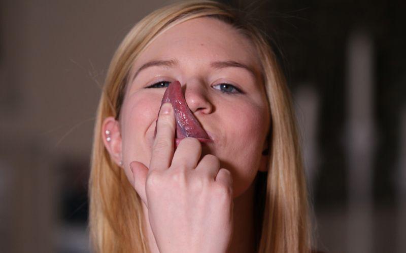 Девушка лижет языком кровь